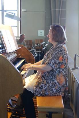 """Jackie Rubi spielt auf der Kirchenorgel den """"Basin Street Blues"""". Im Hintergrund Schlagzeuger Kurt Treier."""