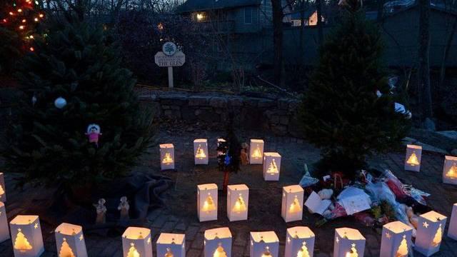 26 Laternen zum Gedenken an die Getöteten in der Nähe der Grundschule in Newtown