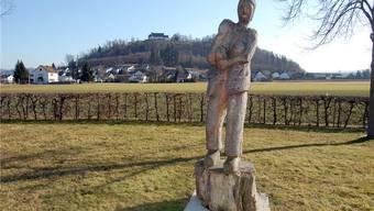 Der Richtplatz Fünflinden bei Lenzburg war Bernhart Matters letzte Station; die Holz-Skulptur erinnert an das Staufner Matter-Theater, ein Gedenkstein markiert die Richtstätte.