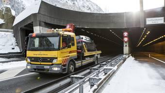 Stau ist für die Reisenden ärgerlich, doch so richtig nervenaufreibend wird die Fahrt dann, wenn das Auto mitten im 16,9 km langen Tunnel nicht mehr will und stehen bleibt.