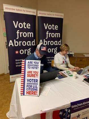 Freiwillige helfen den US-Expats bei der Registrierung für die Wahlen.