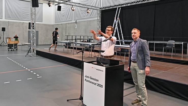 Kantonsratspräsident Daniel Urech (l.) und Ratssekretär Michael Strebel rekognoszieren die Lokalitäten für die Junisession.