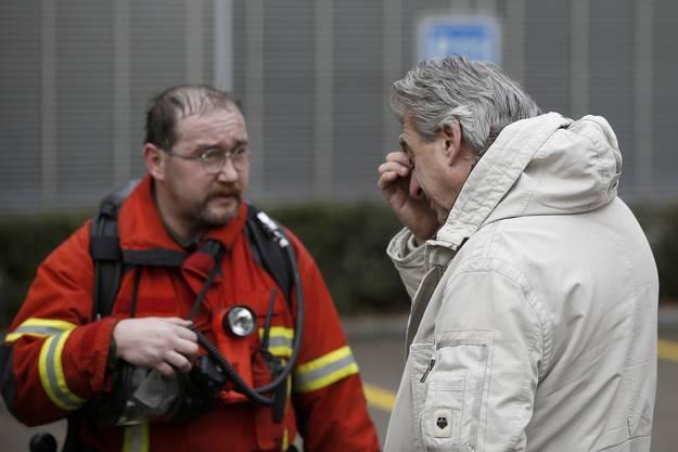 Nick Hayek mit einem Feuerwehrmann.