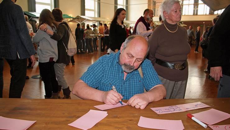 Urs Ammann notiert, wie er sich sein verkehrsbefreites Zurzach vorstellt. Die Ideen sind auf dem Tisch, jetzt werden sie ausgewertet. Peter C. Beyeler (r.) im Gespräch mit Gemeinderat Reto S. Fuchs.