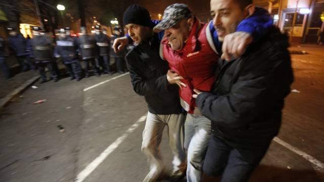 Hilfe für einen Verletzten bei Protesten in der Stadt Tuzla