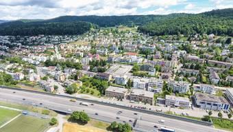 """Drohnenflug über das Limmattal für das Sommerquiz der """"Limmattaler Zeitung"""". Im Bild: Blick auf Geroldswil mit der Autobahn A1 im Vordergrund."""