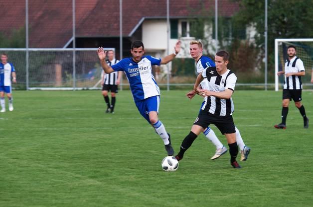 Es hat nicht sollen sein, die Brugger Fussballer haben die Promotion in die 2. Liga in extremis verpasst.Auf dem Weg in die 2. Liga gebremst: Der Brugger Raphael Wittwer (weiss-schwarzes Dress) und Sarmenstorfs Dnis Dubler im Zweikampf.