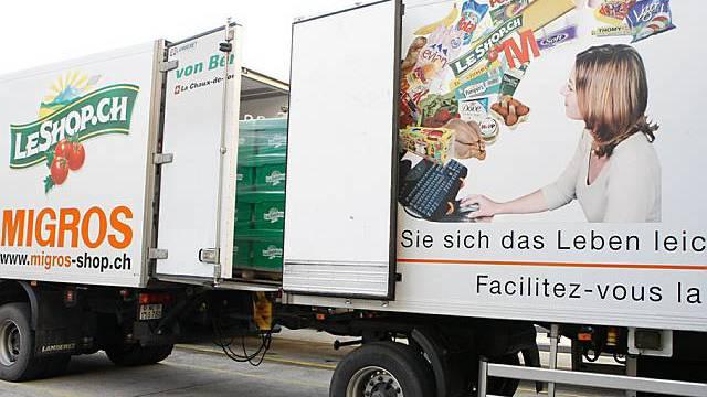 Die Güter werden in Lastwagen zu Kunden transportiert (Archiv)