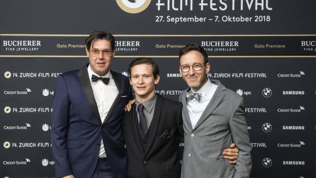 """Die Erfolgsgeschichte von """"Wolkenbruch"""" geht weiter: Die Komödie von Regisseur Michael Steiner (links), Drehbuchautor Thomas Meyer (rechts) und mit Hauptdarsteller Joel Basman (Mitte) wird als erster Schweizer Film auf Netflix ausgestrahlt. (Archivbild)"""