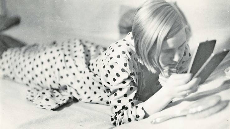 Nicht aufs Handy, sondern in den Handspiegel schaut das von Marianne Breslauer 1933 fotografierte Mädchen. Breslauer