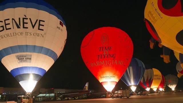 Heissluftballone auf dem Flughafen in Genf