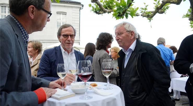 Autoren unter sich: Klaus Merz (Mitte) und Peter Bichsel (r.) imangeregten Gespräch.