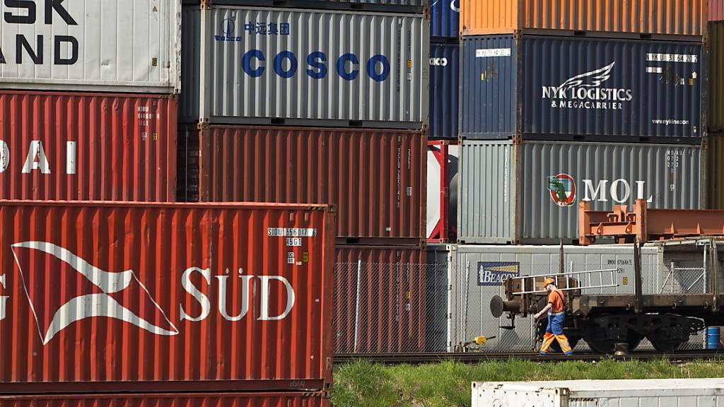 Schweizer Aussenhandel schwächt sich im Juni leicht ab