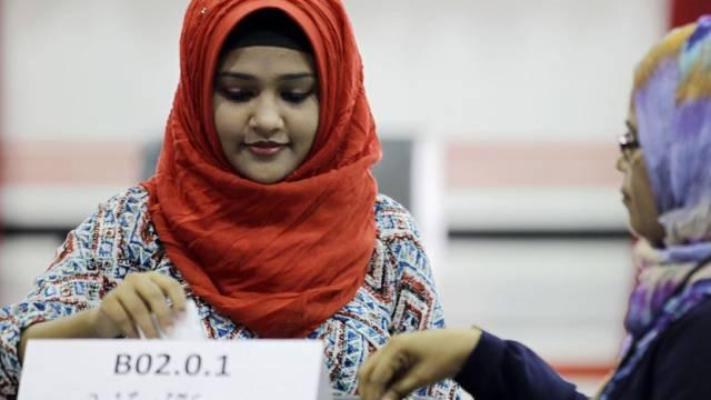Eine Malediverin gibt in der Hauptstadt Male ihre Stimme ab