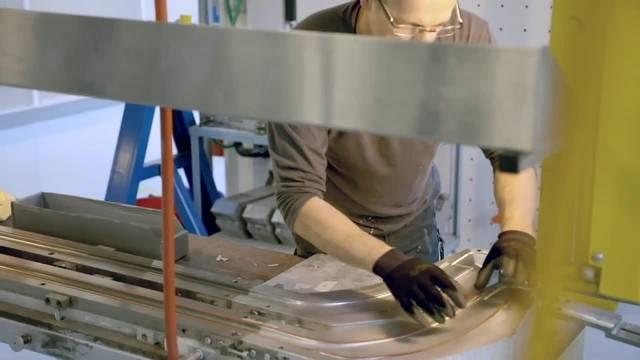 """Der einzige Eishockeystock """"Made in Switzerland"""" kommt aus dem Jura"""