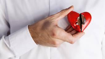 Auch starke positive Gefühle können dem Herzen schaden.