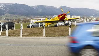 Das Auto prallte beim Flughafenkreisel in einen Inselpfosten. (Archiv)