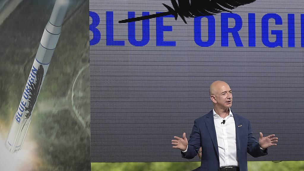 Das von Amazon-Gründer Jeff Bezos (Bild) unterstützte US-Raumfahrtunternehmen Blue Origin geht gegen die Vergabe des Nasa-Auftrags für eine Mission zum Mond an den Rivalen SpaceX vor. (Archivbild)