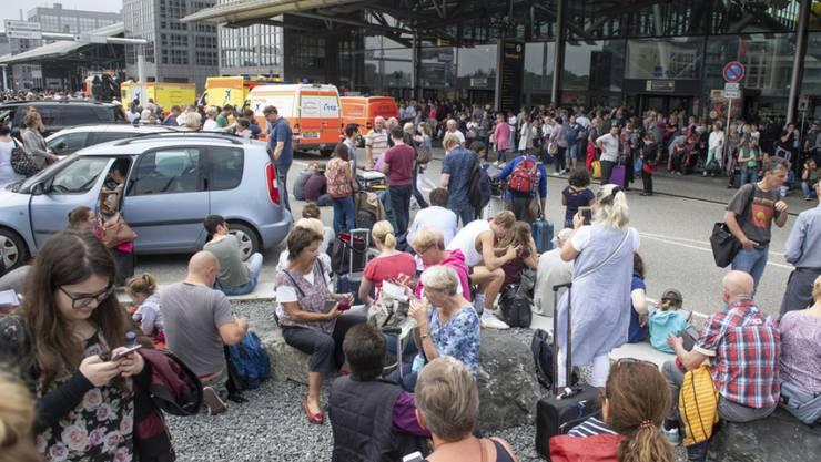 Nichts geht mehr. Touristen vor einem Terminal des Flughafens Hamburg müssen sich in Geduld üben.