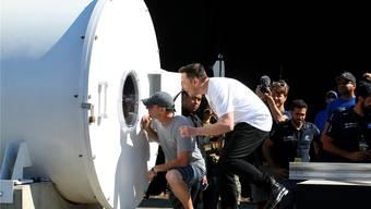 Elon Musk (im weissen T-Shirt), der Gründer von SpaceX und Tesla, verfolgt die Kapsel des ETH-Teams am SpaceX-Hyperloop-Wettbewerb in Kalifornien.Reuters