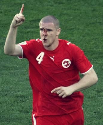 So wird Senderos in Erinnerung bleiben: Als blutender Torschütze beim Sieg gegen Südkorea an der WM 2006.