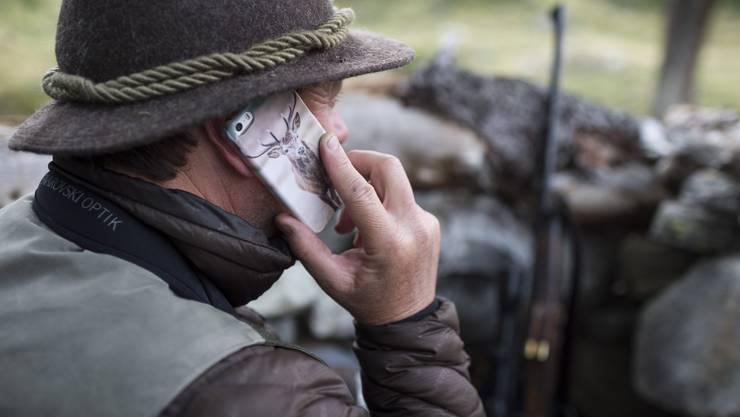 In der Schweiz hat selbst der Jäger stets Empfang. Ob er deshalb Serien schaut, ist aber fraglich.