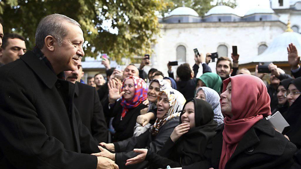 Der türkische Präsident Recep Tayyip Erdogan nach seinem Wahlsieg. Sein Handelsministerium verdonnerte ein staatliches Tee-Unternehmen zu einer saftigen Geldstrafe, weil es einen von Erdogan zum «Nationalgetränk» erhobenen Joghurt-Drink «beleidigt» habe.