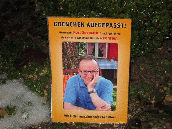 Wir bitten um schonendes Anhalten - Plakate auf dem Weg zur Schule