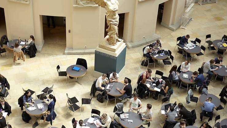 Nur Luxemburg investiert von den OECD-Ländern mehr in Schüler und Studenten als die Schweiz. Im Bild Studierende im Lichthof der Universität Zürich. (Symbolbild)