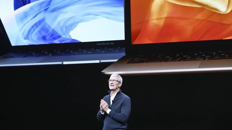 Apple-CEO Tim Cook stellt in New York neue MacBook Air-Modelle vor.