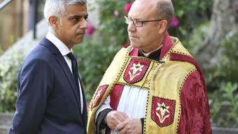Londons Bürgermeister Sadiq Khan (l.) mit dem Dekan der Southwark-Kathedrale Andrew Nunn.