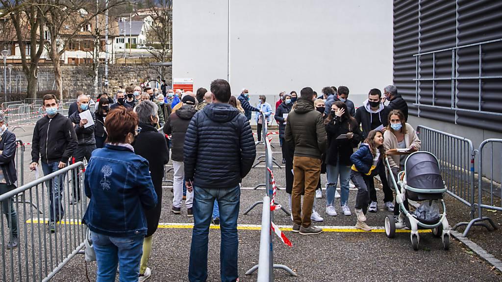 Mehrere Dutzend Personen warten am Freitagnachmittag vor dem Abstimmungslokal in Moutier auf die Türöffnung. Am Sonntagabend wird feststehen, ob das Städtchen zum Kanton Jura wechselt oder bernisch bleibt.