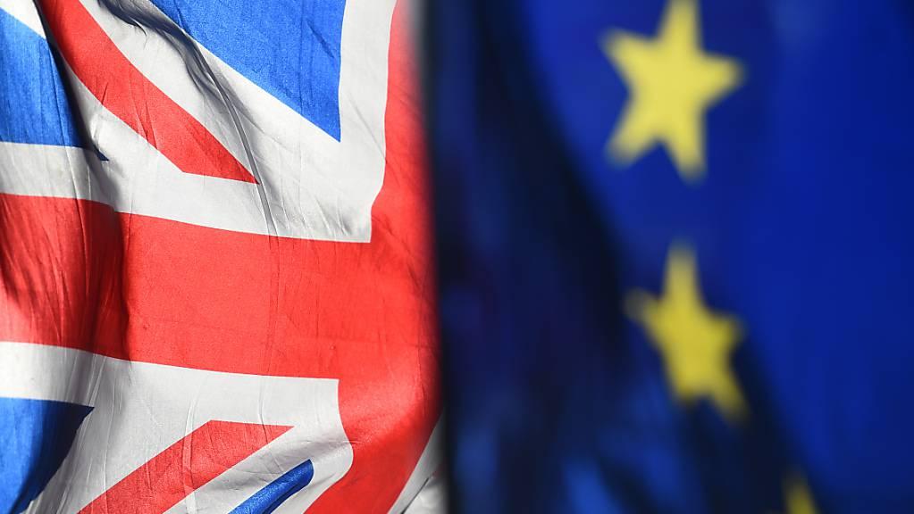 Eine Flagge von Grossbritannien und eine Flagge der Europäischen Union wehen im Wind.