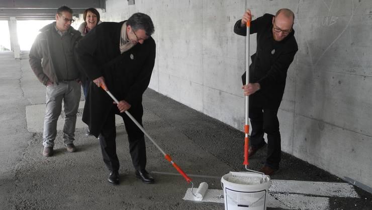 Stadtammann Franco Mazzi und Stephan Eglin, Projektleiter Hochbau, machen einen symbolischen Anstrich bei der neuen Passage.