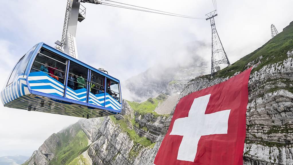 Trotz Corona-Krise soll die riesige Schweizerfahne am Säntis auch in diesem Jahr wieder aufgehängt werden. (Archivbild)