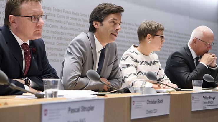 Philipp Metzger, Direktor des Bundesamts für Kommunikation (Bakom) und Vorsitzender der Interdepartementalen Koordinationsgruppe Digitale Schweiz IDK (zweiter von links), präsentiert den Medien Beispiele, wie die Bundesverwaltung die Chancen der Digitalisierung nutzt.