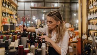 Welchen Wein mag ich? In der Vinothek ist es möglich, die Qual der Wahl durch angeeignetes Wissen oder Apps zu minimieren.