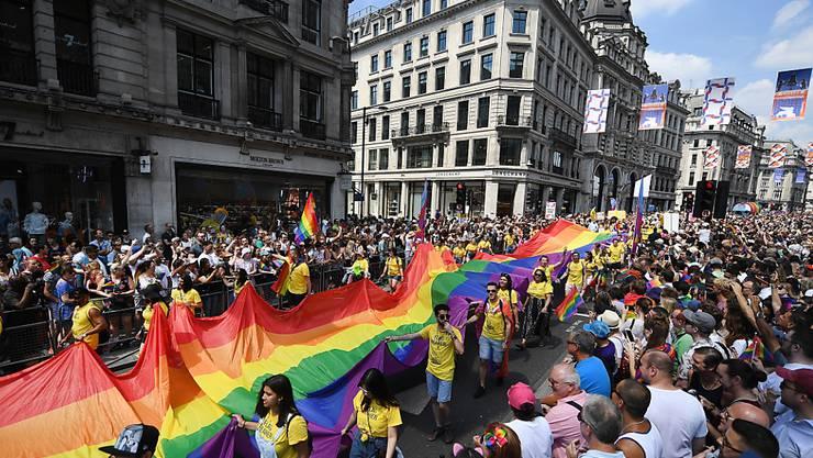 Grosser Pride-Umzug durch London vor zahlreich erschienenem Publikum