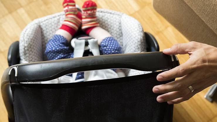 Mit akustischen oder visuellen Signalen mitsamt Vibrationsalarm sollten Fahrer daran erinnert werden, dass sich noch ein kleines Kind in ihrem Auto befindet. (Symbolbild)