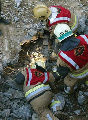Feuerwehrmänner versuchen die eingeschlossenen Feuerwehrmänner zu erreichen. (27. November 2004)