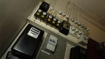 Elektroinstallation in einer Fabrik. Die SWG möchte die Anschlussgebühren abschaffen.