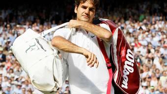 Roger Federer verlässt geschlagen den Centre Court. key