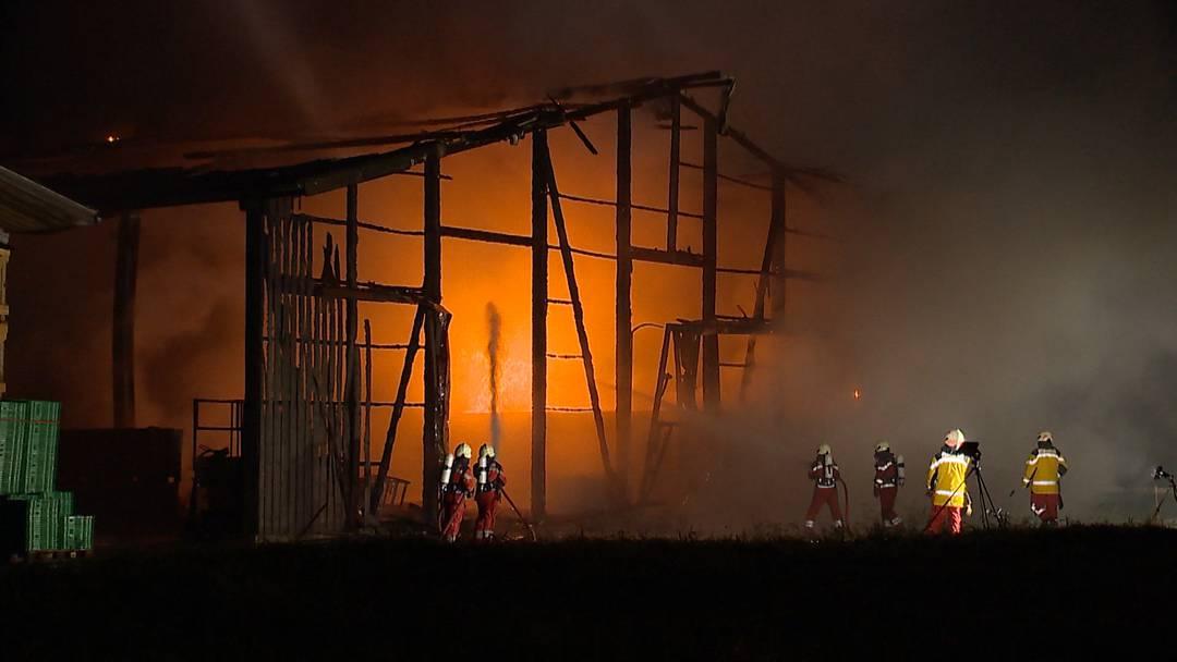Weiach (ZH): Hoher Sachschaden beim Brand einer Lagerhalle
