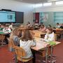 Lehrerin Lea Bacilieri unterrichtet in einem der neuen Schulzimmer der Primarschule Stetten eine vierte Klasse in Englisch.