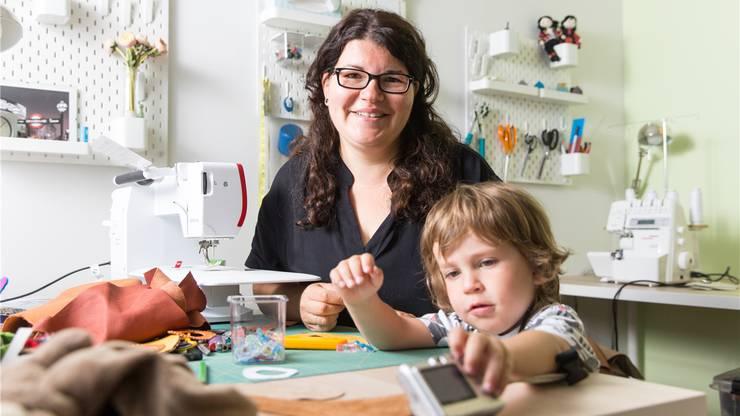 Ahu Sommer in ihrem Atelier in Oerlikon –mit dem jüngsten ihrer drei Söhne. Hier produziert sie zum Beispiel Lederfinkli unter dem Label A-so-ko.