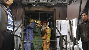 Rettungstrupps fahren in die Grube hinab