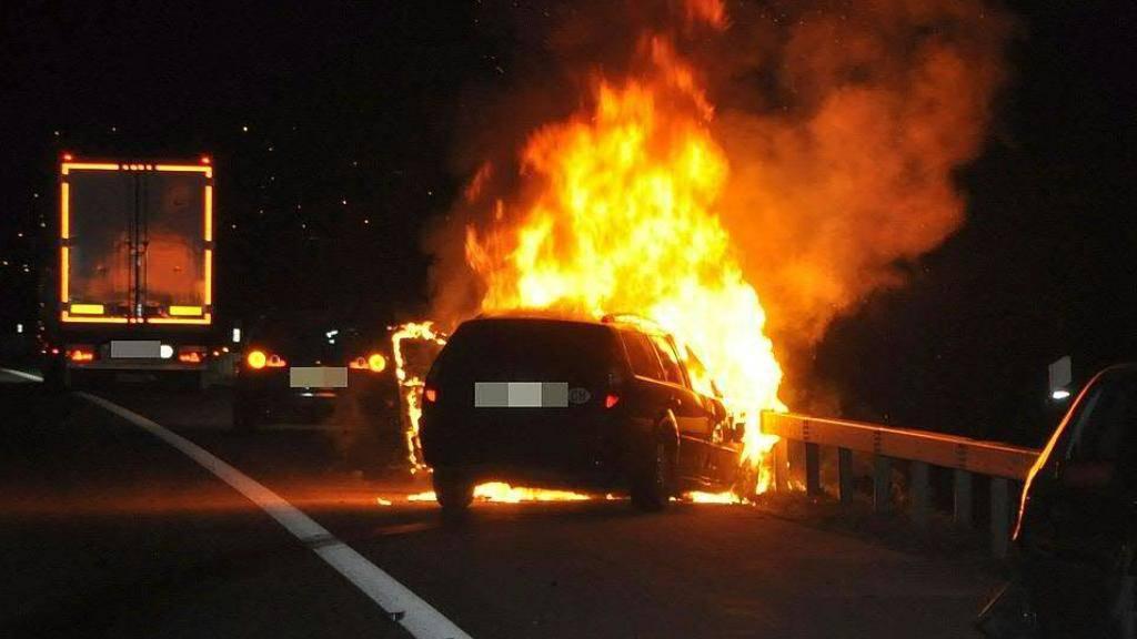 Das Auto geriet nach einem Auffahrunfall auf der A1 bei Niederbipp BE in Brand. Es gab keine Verletzten.