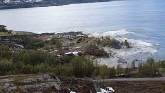 Im Norden Norwegens ereignete sich am Mittwochnachmittag ein heftiger Erdrutsch, der mehrere Häuser ins Meer riss. Die Menschen konnten rechtzeitig in Sicherheit gebracht werden.