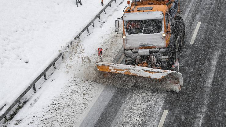 Schnee räumen statt Blümchen pflücken: Mit dem Frühling ist es in diesen Tagen in weiten Teilen der Schweiz weit her.