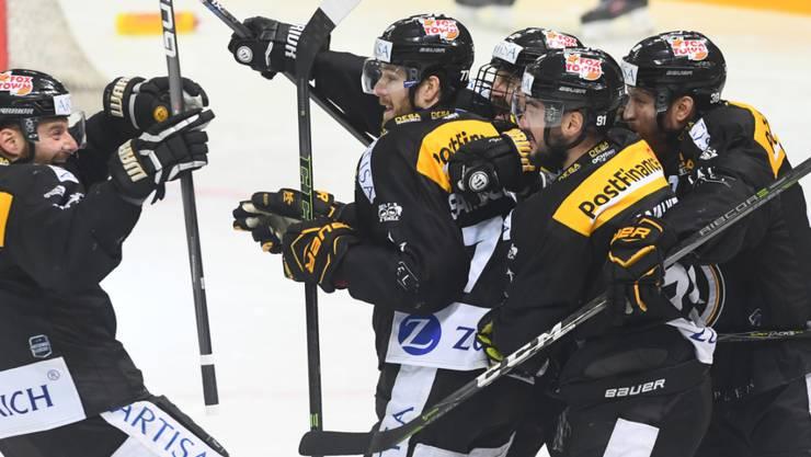 Im Final, aber noch nicht zufrieden: 2:0-Torschütze Julian Walker und seine Teamkollegen beim HC Lugano